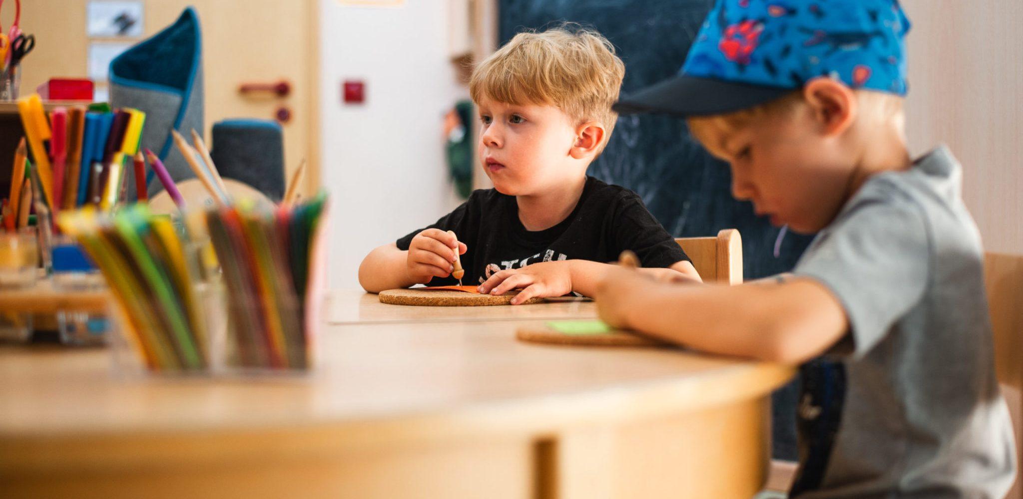 sophiawald-werbefotografie-kindergarten-fotoshooting-website-bilder-malen